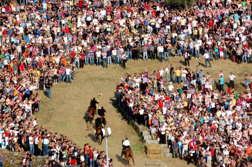 Sa Prima Pandela and generals race through Sedilo, Italy on horseback