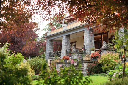 Abbeymoore Manor is a 1912 heritage mansion in Victoria, BC. Leave the horses behind for this horse & carriage holiday.